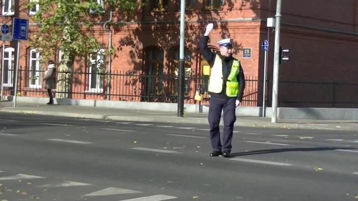 Znicz 2018 – Policjant kieruje ruchem