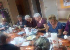 Warsztaty decoupage na wosku w Klubie Seniora w Choryni