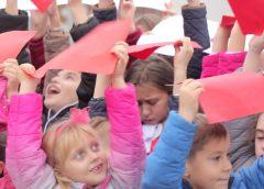 Wspólne odśpiewanie hymnu przez uczniów szkoły podstawowej w Głuchowie